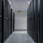 Pasillo de servidores verdes especializados para VPS